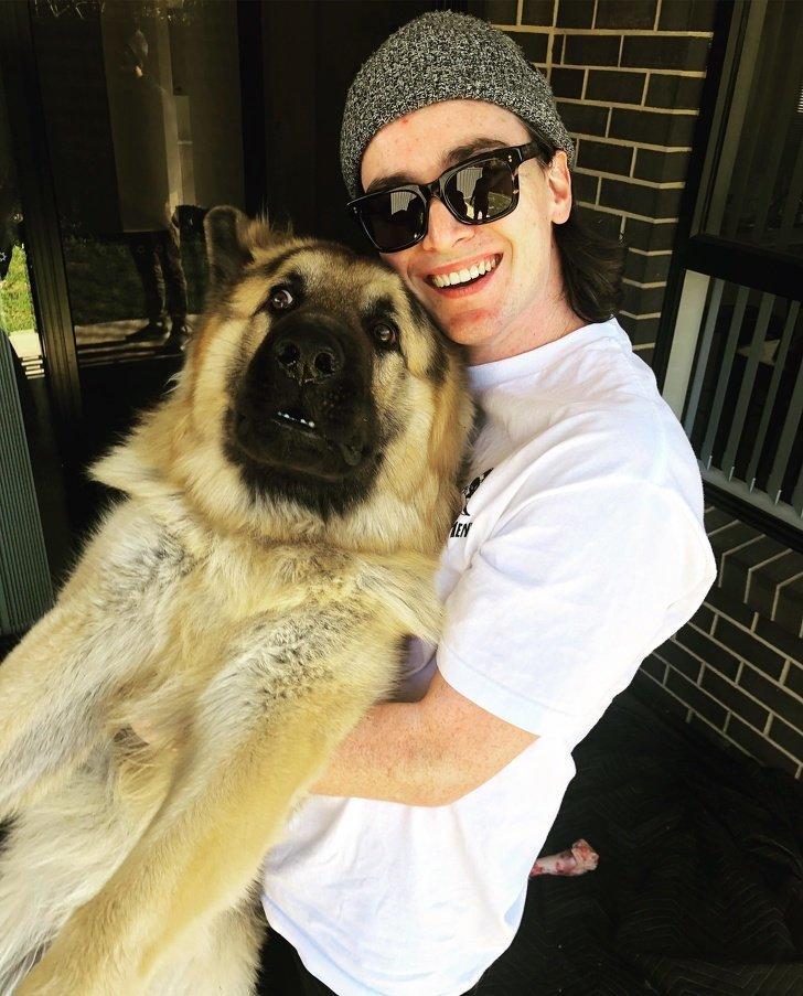 """""""Владельцы этого пса сказали, что ему нравится, когда его берут на руки. Я попытался его поднять и кажется он не в восторге от этого"""" домашний питомец, животные, кошка, милота, собака, эмоции"""