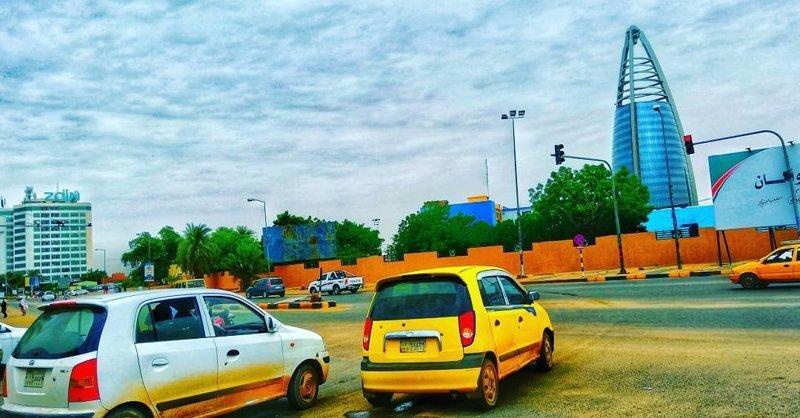 Буквально за 5 лет автопарк в городе значительно обновился, хотя всё ещё можно встретить старенькие Пежо и Жигули агломерация, африка, северная африка, столица Судана, столицы мира, судан, хартум