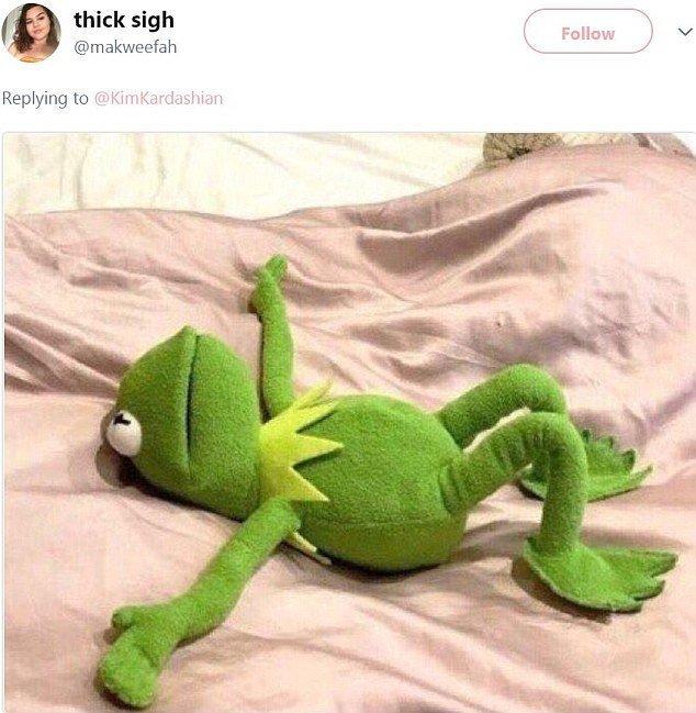 Но лягушонок Кермит все равно был первым, кто сделал это! Канье Уэст, Ким  Кардашьян, мемы и фотожабы, поза, соцсети, соцсети жгут, юмор