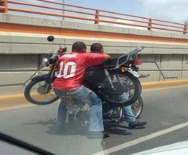 Купил мотоцикл, чтобы катать другие мотоциклы байкеры, байки, мотофишки, мотоцикл, мотоциклы, на дороге, прикол, юмор
