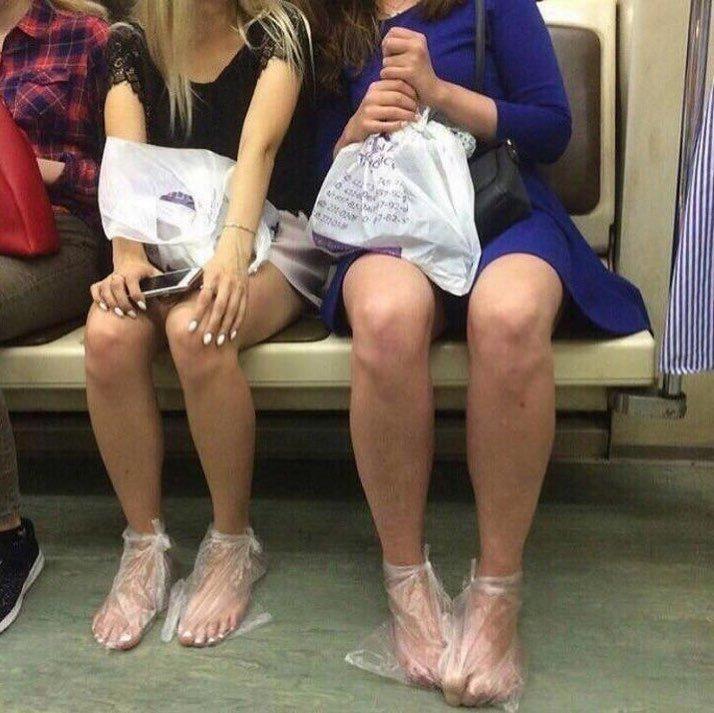 2. В СПБ, понятное дело, дабы не промочить обувь, девочки придумали интересную замену бахилам бахилы, больница, поликлиника, прикол, фото, юмор