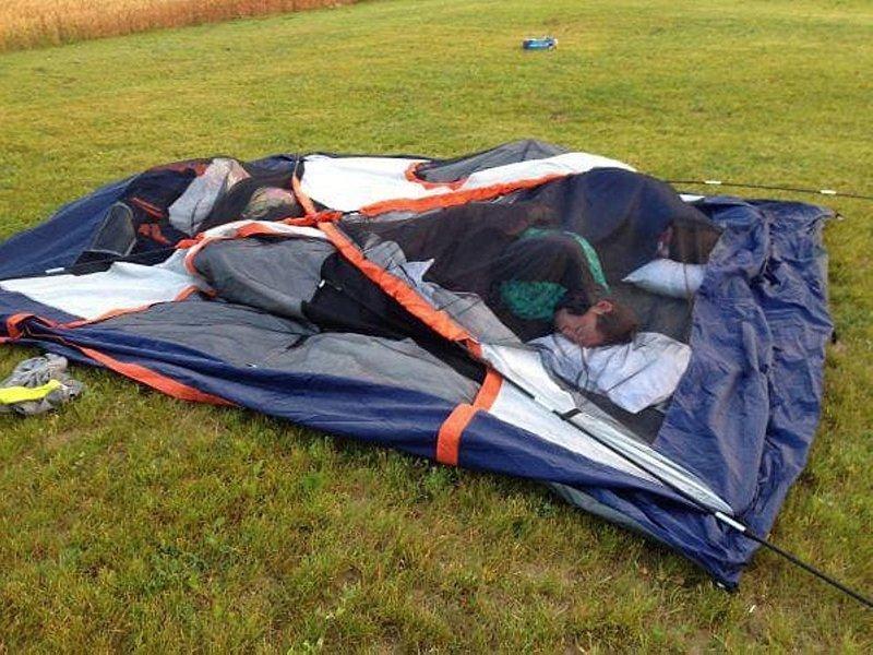 Главное купить палатку, а ставить её или нет, это уже по ситуации гении, ленивые люди, лень, прикол, юмор