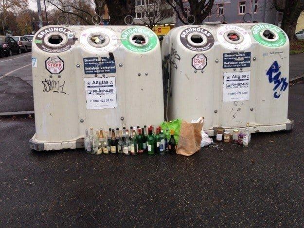 Даже после праздников бутылки в контейнере разделены по цвету в мире, германия, идеально, люди, немцы, порядок