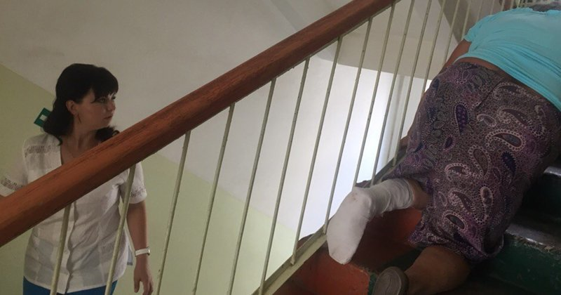 Бабушка в Мордовии сломала ногу и ползла к врачу на четвереньках на 3-й этаж больницы ynews, бабушка, больница, новости, помощь, разбирательство