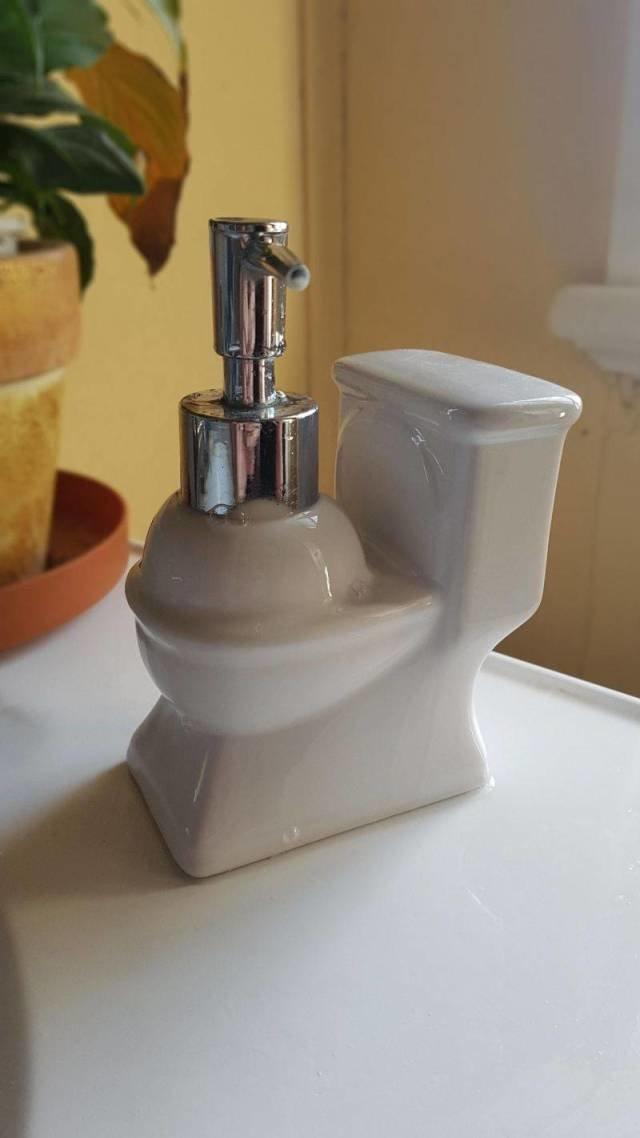 Унитаз с жидким мылом день, животные, кадр, люди, мир, снимок, фото, фотоподборка