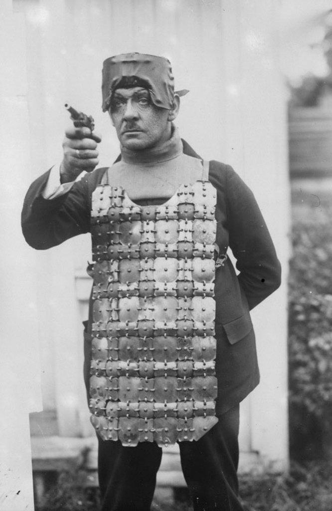 Новая пуленепробиваемая экипировка для полиции, Германия, 1930 год. военное, жандармы, исторические фото, милиция, полиция, факты