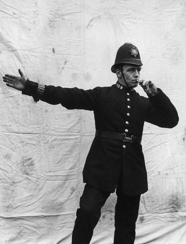 Полицейский со свистком. Лондон. Январь 1909 года. военное, жандармы, исторические фото, милиция, полиция, факты