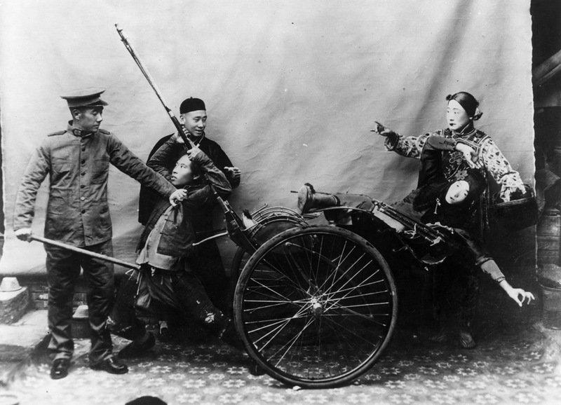 Постановочная сцена с участием китайского полицейского. Китай, 1900 год. военное, жандармы, исторические фото, милиция, полиция, факты