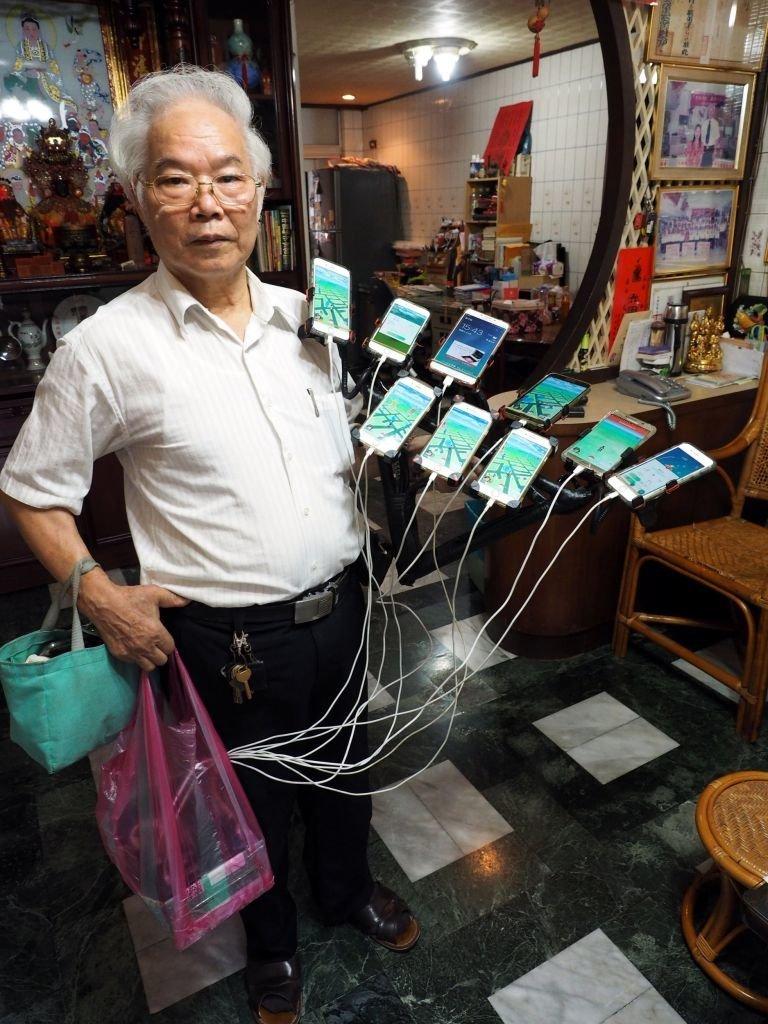 70-летний житель Тайваня установил на велосипед 11 смартфонов для игры в Pokemon Go Pokemon GO, Тайвань, игра, игромир, мужчина, пенсионер, покемон