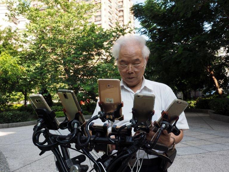 Чэнь Сан-юань тратит приблизительно 1500 долларов в месяц на покупки в магазине Pokemon Go и оборудование, необходимое для смартфонов Pokemon GO, Тайвань, игра, игромир, мужчина, пенсионер, покемон