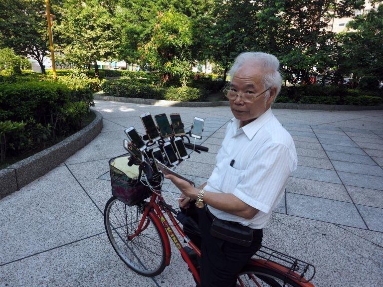 Разъезжая по улицам Тайваня, он мастерски бросает покеболы и ловит все новых покемонов Pokemon GO, Тайвань, игра, игромир, мужчина, пенсионер, покемон