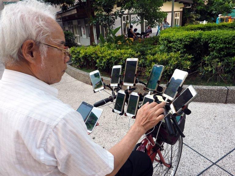С игрой его познакомил внук в 2016 году, теперь дедушка не сидит дома и знакомится с новыми людьми Pokemon GO, Тайвань, игра, игромир, мужчина, пенсионер, покемон