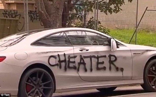 Машинку жалко: разъяренная изменой девушка надругалась над автомобилем обидчика ynews, Гендерное, вандализм, измена, месть, месть автовладельцу, месть женщины, мужчина и женщина