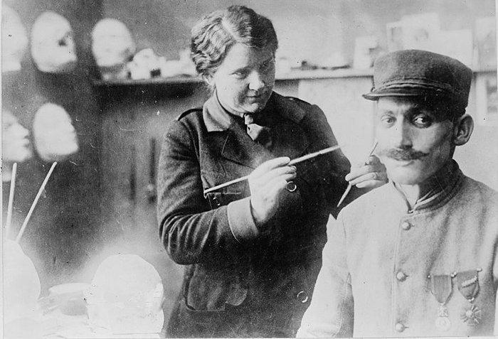 В конце 1917 года Лэдд, которая в то время жила и работала в Париже, вдохновилась деятельностью британского скульптора Фрэнсиса Дервента Вуда история, маска, маска для лица, первая мировая война, протез, ранения, скульптор, травмы