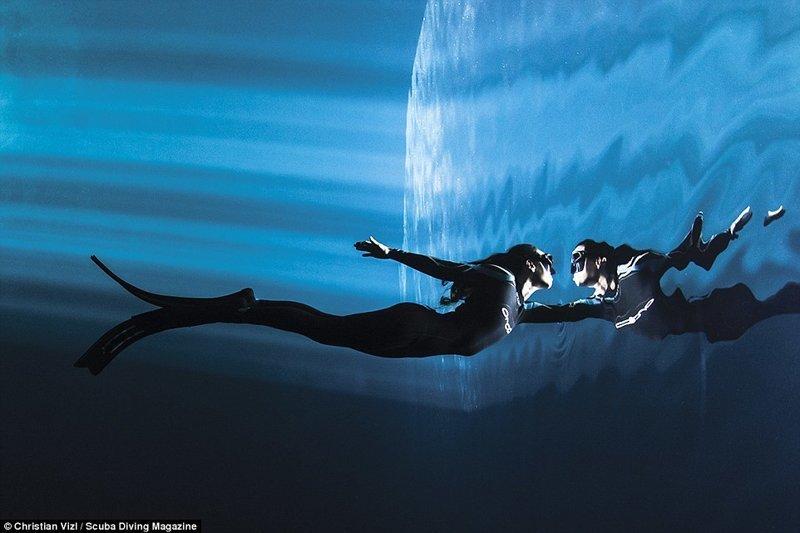 """Чемпионка по фридайвингу из Чили на соревнованиях в Мексике. Фотограф - Кристиан Визл, 3 место в категории """"концептуальное фото"""" Лучшие подводные фотографии года, красота, победители конкурса, подводная фотография, подводное фото, подводный мир, фотоконкурс, фотоконкурсы. природа"""