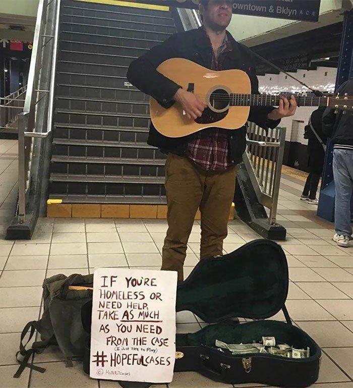"""7. Надпись на табличке: """"Если вы бездомный или просто вам нужна помощь, можете взять из чехла столько, сколько вам необходимо"""" Любовь, жизнь, позитив, самопожертвование, фото, человечность"""