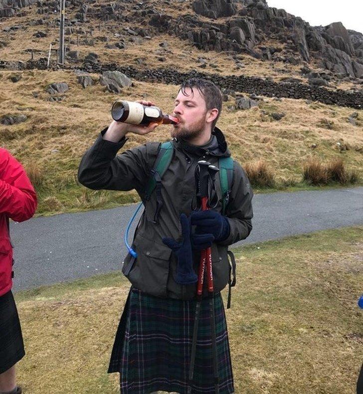 8. «Нам было предложено подняться на самые высокие горы в Шотландии, Англии и Уэльсе за 24 часов ... мы сделали это за 23 часа и 53 минуты, и собрали 1800 долларов на благотворительность» Любовь, жизнь, позитив, самопожертвование, фото, человечность