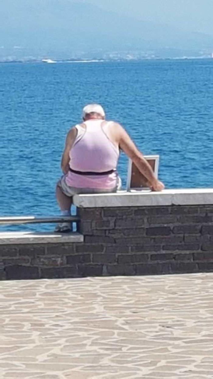 15. Этот 72-летний вдовец приносит портрет жены на пирс каждое утро, уже 7 лет Любовь, жизнь, позитив, самопожертвование, фото, человечность