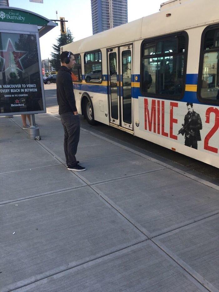 11. Пока этот парень ждал автобус, он собрал весь  мусор вокруг, положив его в корзину. Давайте будем похожими на него Любовь, жизнь, позитив, самопожертвование, фото, человечность