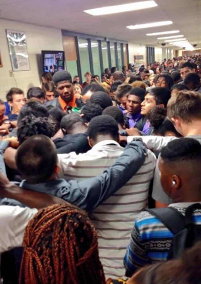 12. Зал средней школы в Техасе заполнен учениками, поддерживающими своего одноклассника после того, как его мать проиграла битву с раком Любовь, жизнь, позитив, самопожертвование, фото, человечность
