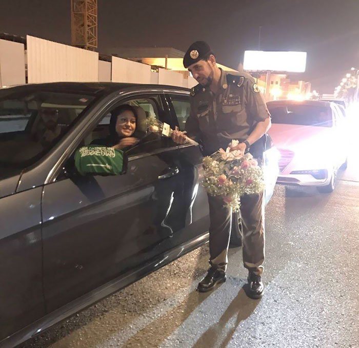 5. Саудовские полицейские вручают розы женщинам-водителям, сегодня первый день, когда они могут находиться за рулем Любовь, жизнь, позитив, самопожертвование, фото, человечность