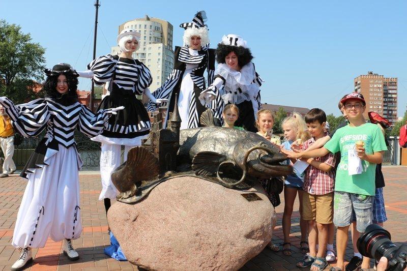 В Калининграде появился памятник гигантскому сому ynews, водолазы, гигантская рыба, мост, памятник, реконструкция, сом