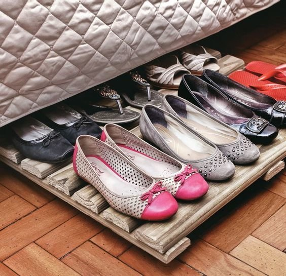 11. Можно и под кроватью, но это подходит для тех, кто регулярно убирается, чтобы обувь не пылилась  маленькая квартира, обувь, способы хранения, фото, хранение, шкаф