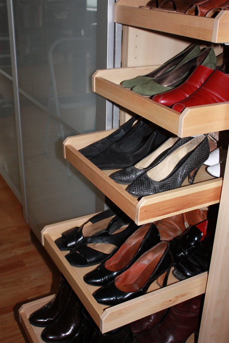 2. Можно выделить в шкафу отдельную полку, на которой легко разместить обувь  маленькая квартира, обувь, способы хранения, фото, хранение, шкаф