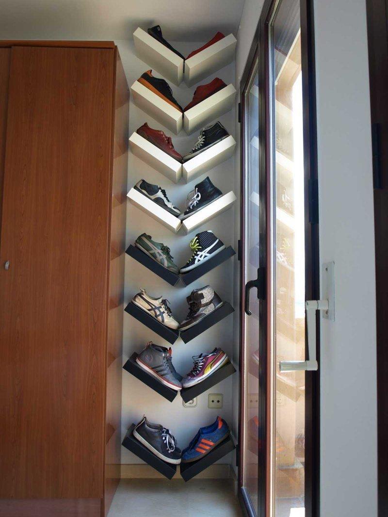 5. Если между шкафом и окном заметили свободное пространство, то и здесь можно сделать полки маленькая квартира, обувь, способы хранения, фото, хранение, шкаф