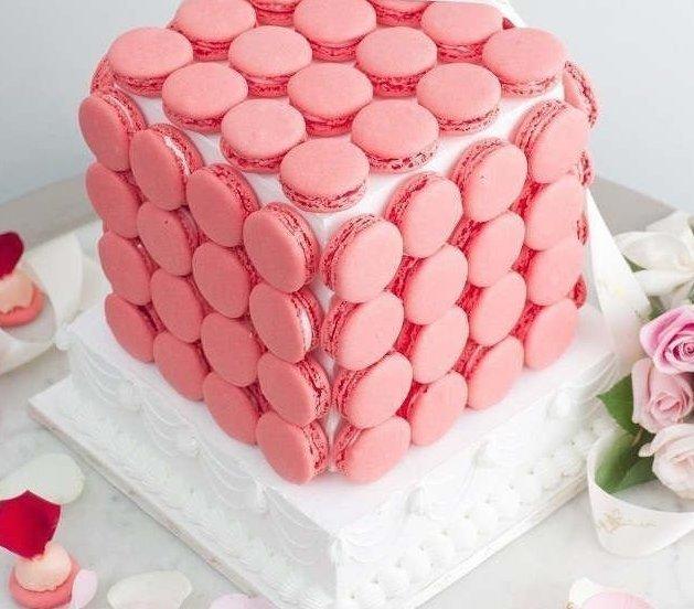 6. Не забывайте, что любой, даже самый уродливый торт, который вы испекли( ну, не все ведь умеют, тут без обид!), легко сделать отпадным с помощью макарун вкусно, десерты, идеи, интересно, красиво, полезные идеи, торты, фото
