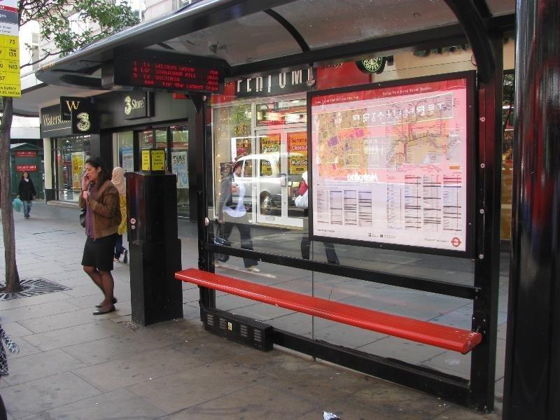 Что можно найти на британской автобусной остановке?