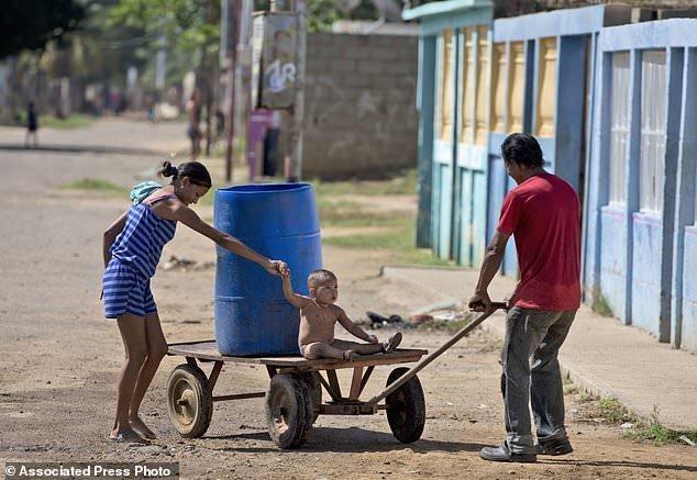 В бочке - вода из фонтана, которую эти люди набрали для своих нужд и везут домой ynews, венесуэла, кризис, рецессия, тухлятина, экономика дефолт, экономический кризис, южная америка