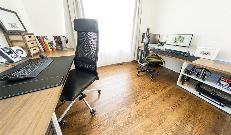За каждым столом проведена светодиодная лента гостиная, дом, зонирование, кабинет, рабочее место, своими руками, сделай сам
