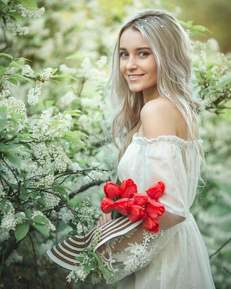 krasivie-foto-russkih-krasavits-ona-pokazivaet-svoyu-goluyu-popu
