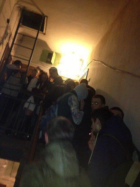 Когда нет на съемную квартиру, вечеринки проводят прямо в подъездах
