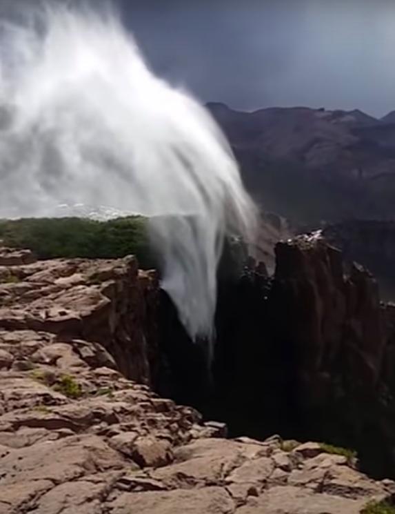 1. Водопад течет в обратную сторону гравитация, загадки природы, законы физики, интересно, планета земля, природные аномалии, факты