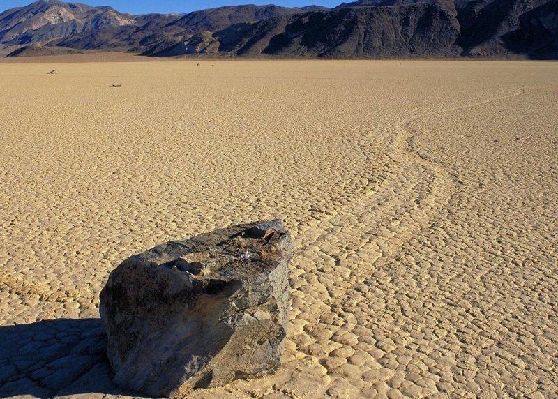 """4. Километровые следы в """"Долине смерти"""" гравитация, загадки природы, законы физики, интересно, планета земля, природные аномалии, факты"""