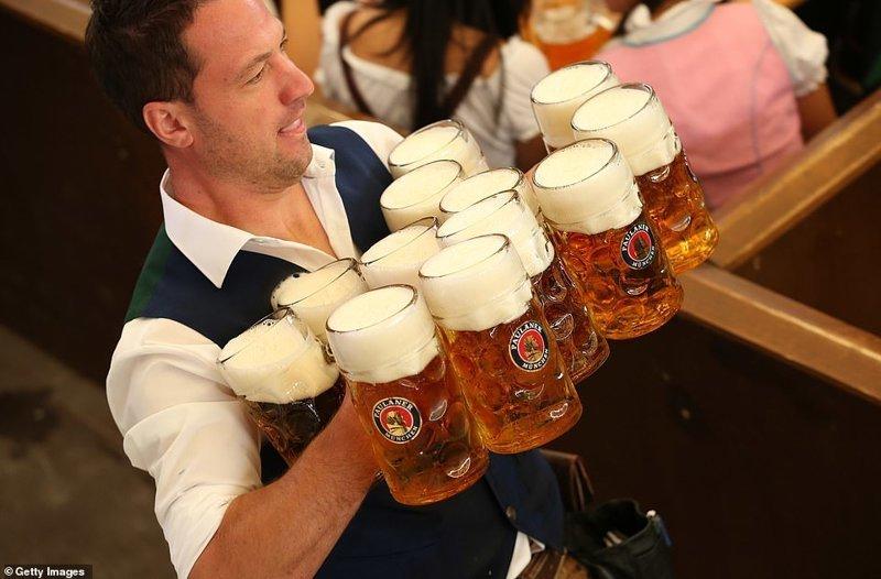 Есть и официанты-мужчины, кстати ynews, бавария, гуляния, мюнхен, октоберфест, октоберфест 2018, пивной фестиваль, пиво
