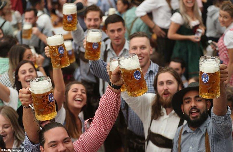 Настроение у посетителей фестиваля, скажем так, приподнятое ynews, бавария, гуляния, мюнхен, октоберфест, октоберфест 2018, пивной фестиваль, пиво