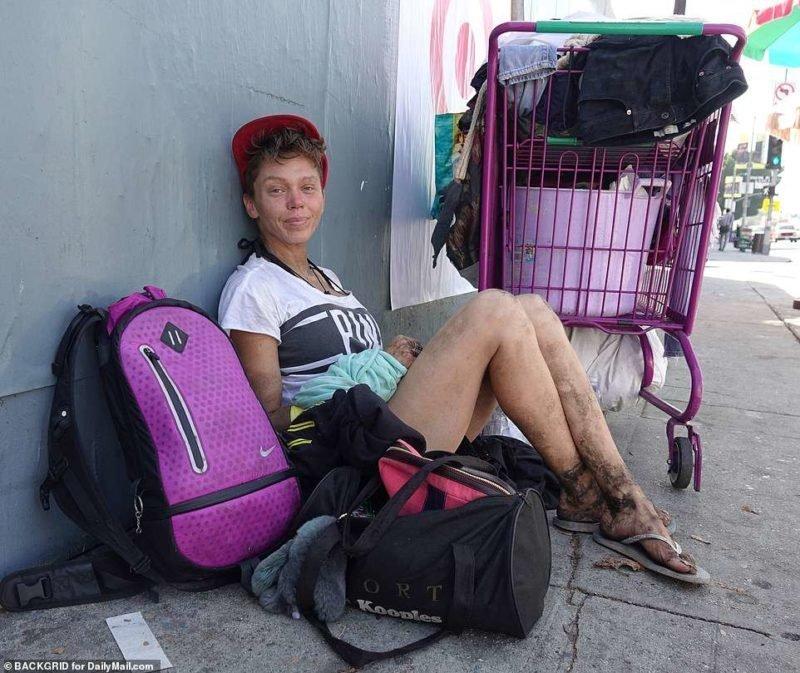 Женщина играла бомжиху, уговорил встать раком жену