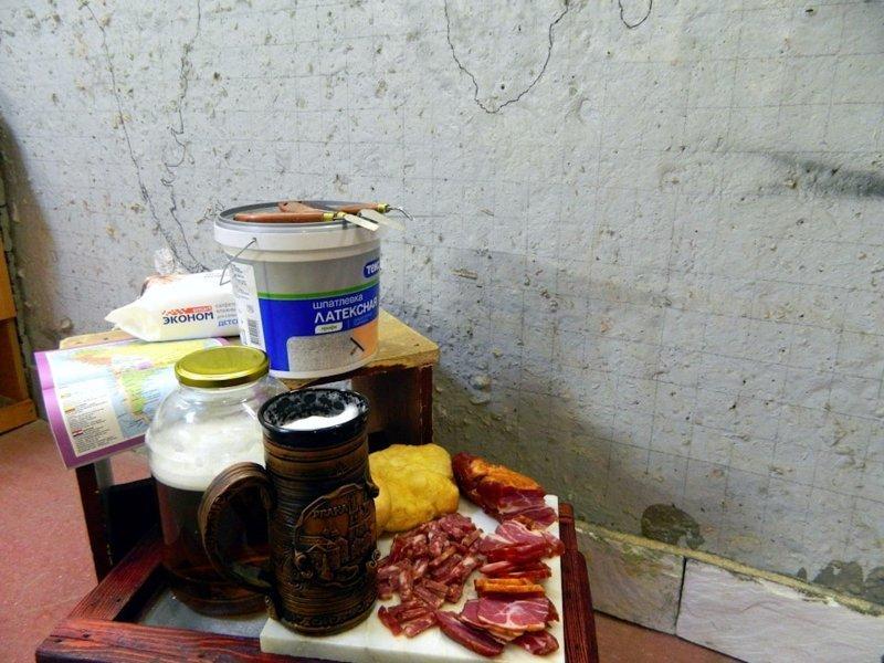По словам автора, в начале для работы ему понадобилась латексная шпатлёвка, мастихины, пиво и сыровяленое мясо гараж, карта, красота, очумелые ручки, своими руками, стена
