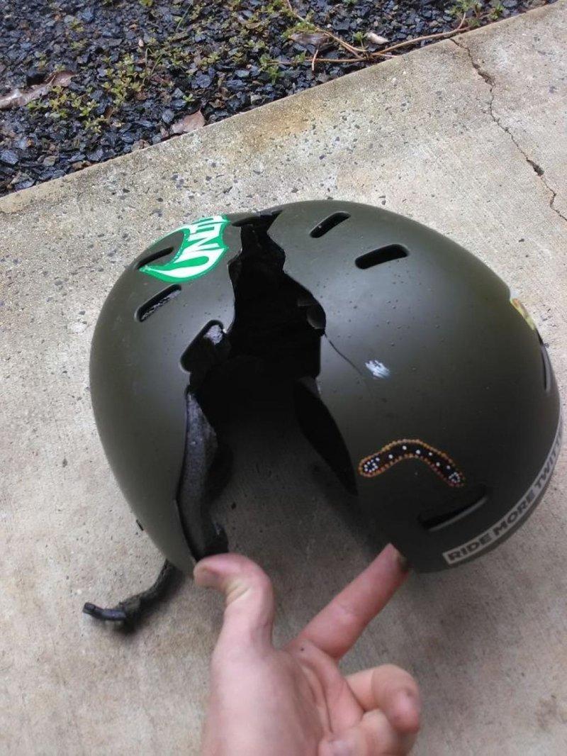 8. Да разве шлем может спасти? Вот и ответ! безопасность, береги жизнь, велосипедный шлем, каски, опасно, шлемы, экстрим