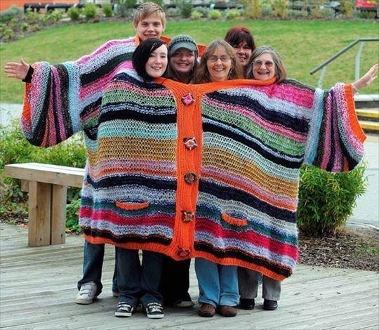 А можно вот так всем в одну кофту погреться вещи, костюмы, куртка, одежда, прикол, свитер