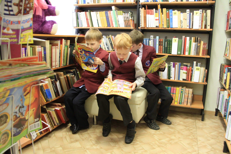 Подруге, картинки дети и книги в библиотеке