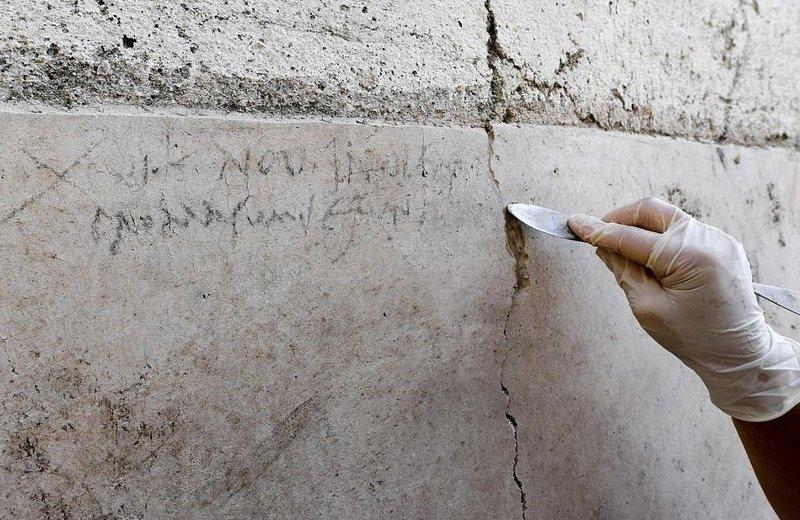 Археологи обнаружили угольную надпись на одной из стен разрушенного города Помпеи ynews, везувий, вулкан, дата, извержение, италия, новости, помпеи