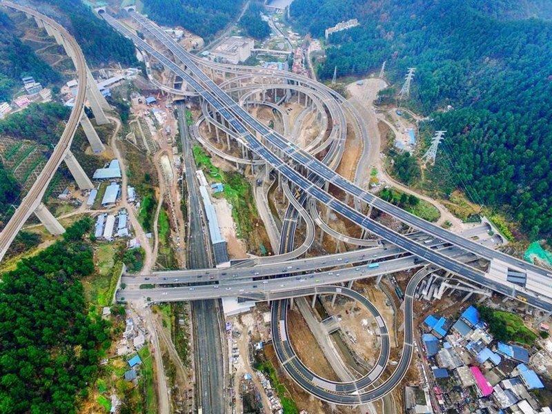 Дорожная развязка в Китае, которая похожа на гигантские американские горки для автомобилей
