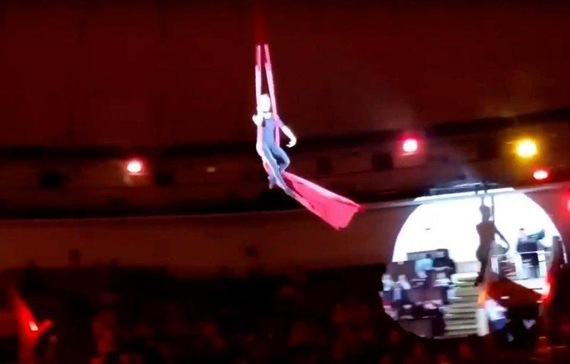 Видео: воздушная гимнастка сорвалась с высоты во время трюка ynews, видео, гимнастка, инцидент, новокузнецк, падение гимнаста, падение с высоты, цирк