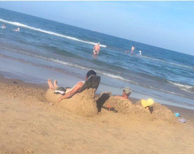 1. Этот парень знает, что делать, когда на пляже нет лежаков гениальная идея, гениальность, дети, инженерная мысль, повседневность