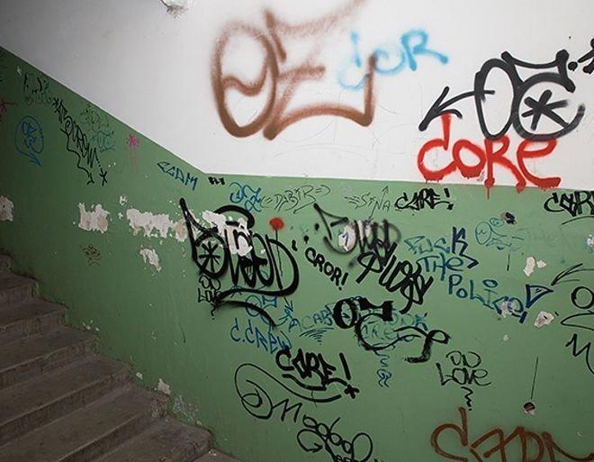 7.Люди, которые не могут удержаться, чтобы не обрисовать что-то: стены в подъезде дома на улице, книги, столы и так далее. люди, привычки, факты
