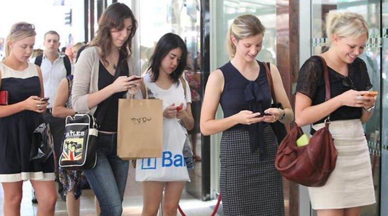 17. Пешеходы со смартфонами на переходе, в метро, которые создают аварийные ситуации и проблемы в движении люди, привычки, факты